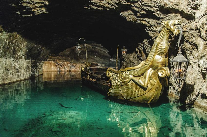 goldenes Boot in einem unterirdischen See, aufgenommen in Niederösterreich